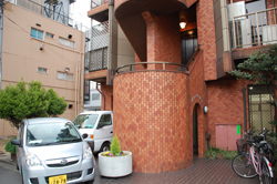 JR横須賀線、JR山手線、京急本線『品川駅』から徒歩10分、都営浅草線『高輪台駅』から徒歩1分のバレエ教室